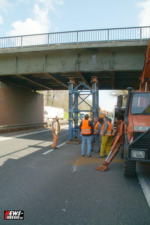 Köln/Aachen: (Update!) Vollsperrung der Autobahn A4 bei Eschweiler-Weisweiler. Tieflader mit Bagger beladen fuhr gegen Brückenpfeiler!!
