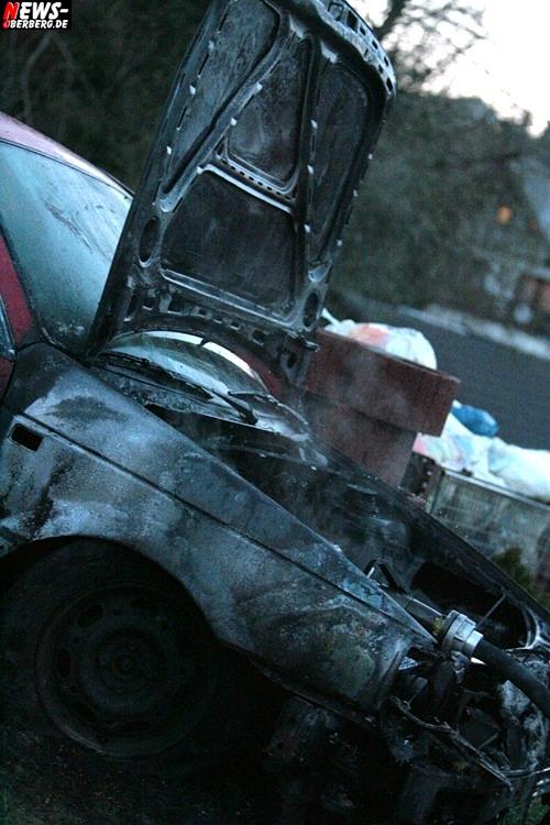 Bergneustadt: Osterfeuer mal anders!! Roter VW Passat stand plötzlich in Flammen