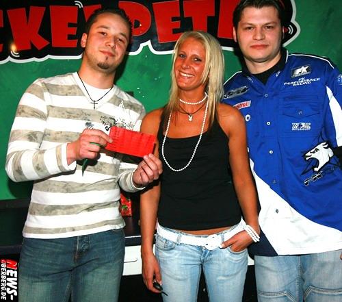 GM: Ach du dickes Ei! Smarte Blondine gewann 1.800 Euro teures Soundsystem inkl. High-Speed Einbau @Partylokal Wackelpeter