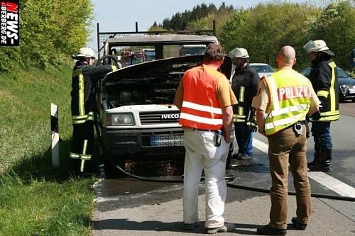 Bergneustadt: Motorraum eines Kleintransporters stand auf der A4 in Flammen! Vermutlich Kabelbrand als Brandauslöser. Keine Verletzte