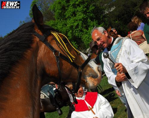 Wiehlpark: Pferdesegnung und Kutschensegnung! Tolles Wetter und hunderte Zuschauer. Ein schwarzer Friese kniete extra nieder