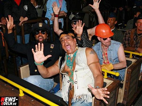 Brühl: ´Village People´ (YMCA) im Phantasialand on Tour!! Gründungsmitglieder Randy Jones (Cowboy) und Felipe Rose (Indianer) fühlten sich in ihrer Wild West Kleidung doch glatt ´wie zu Hause´