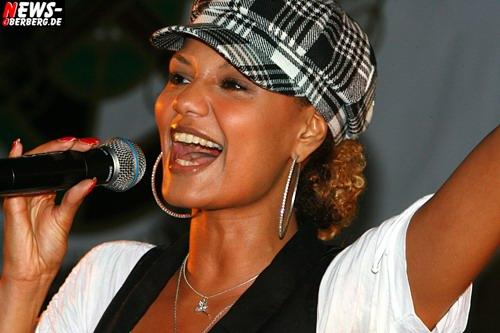 Eckenhagen: ´SUPERSTAR Auftritt!´ im wahrsten Sinne des Wortes! Francisca Urio (DSDS-Finalistin) kam, sang drei Lieder und verschwand anschließend zur Autogrammstunde