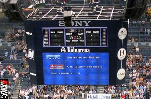 Kölnarena: Der ´alte Mega-Videowürfel´ muss weichen! Es folgt ein neuer Mega-Videowürfel mit modernster LED-Technik. Gewicht rund 20 Tonnen! 16 Milliarden Farben