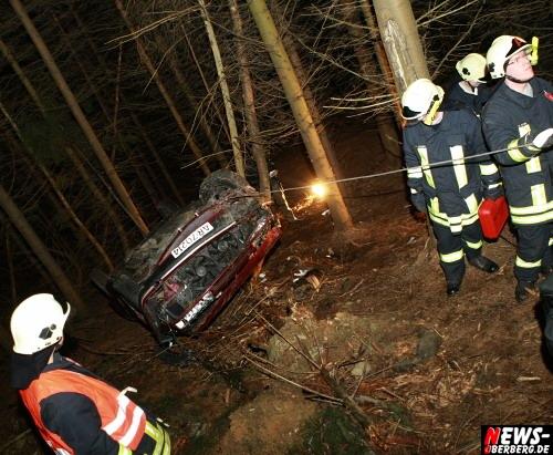 Bergneustadt: Norwegisches Ehepaar hatte beim Horrorcrash den ´Papst in der Tasche!´ Erdanhäufung in der Südringkurve (Autobahnausfahrt) diente als Sprungschanze. Auto schoss in den Wald in die Tiefe und landete auf dem Dach