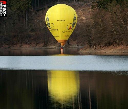 Daily Moments: ´Foto(s) des Tages!´ Notlandung auf dem Wasser? Heißluftballon bekam ´kalte Füße´ auf der Aggertalsperre