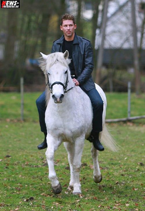 NIC - Einen Stern ´Hoch zu Ross´ (Videoclipdreh: Zwei weiße Pferde) Foto: ´Der Sasse´ www.ntoi.de