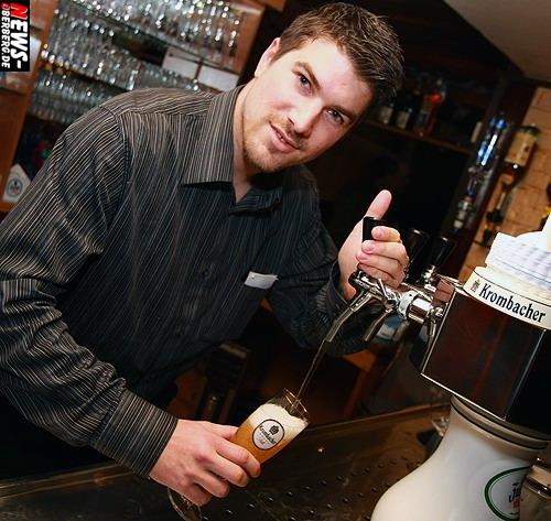 Dennis Sasse (Chef Unter Deck) am Zapfhahn