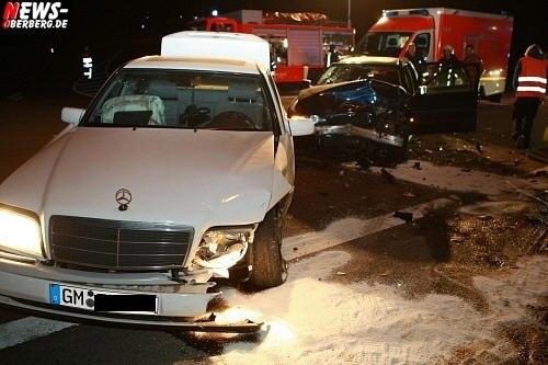 Bergneustadt: (Final UPDATE!) Erneuter Unfall in der Geschleide! BMW vs. Mercedes. Vorfahrt mißachtet. Drei Leichtverletzte bei Abbiegevorgang. Es entstand hoher Sachschaden