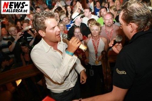 Partynator Peter Wackel und DJ Chris Tuxx beim Bierkoenig Opening 2008 sangen ´Manchmal möchte ich schon mit Dir´. Foto ´Der Sasse´ Fotoagentur www.NTOi.de