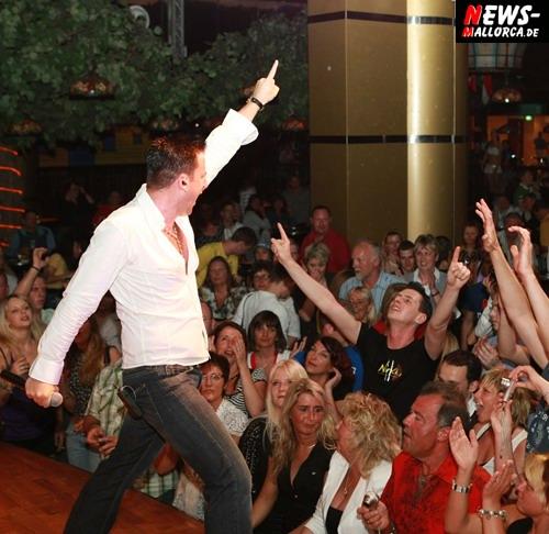 Playa de Palma: (MegArena) Michael WENDLER wieder auf Tuchfühlung mit den Fans! Der Popschlagerkönig präsentierte sich locker und sympathisch nach seinem abgehobenen Diva Auftritt´ am vergangenen Sonntag