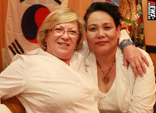 Choi Kye Niun (Mutter Yoons) und Freundin Melitta Fuchs