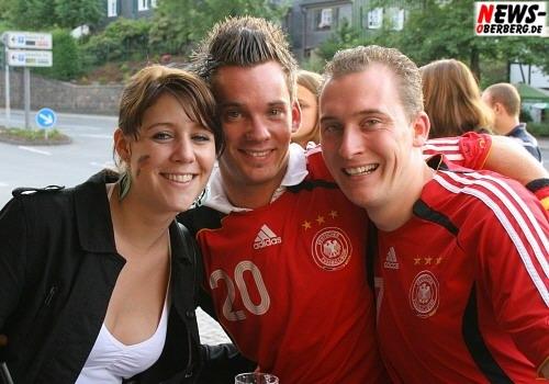 B1.NEWS-Oberberg.de: Fußball-EM 2008 in Österreich, der Schweiz und auch im B1! Gute Sportslaune auch beim Public-Viewing in Gummersbach! B1 überträgt alle EM-Tore und EM-Spiele live [ GER-Pol 2:0 ]