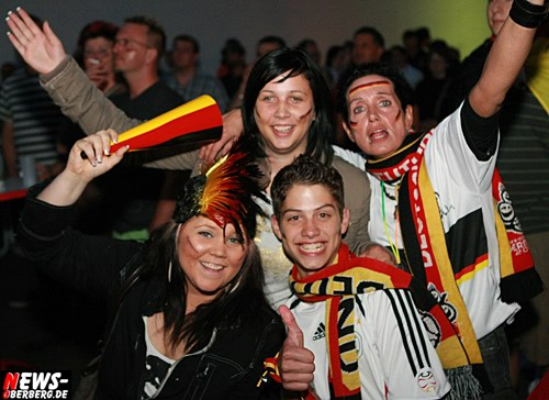 Derschlag: Fussball EM Public-Viewing! Fan-Emotions bei Sport Messerer (GER-POL 2:0)