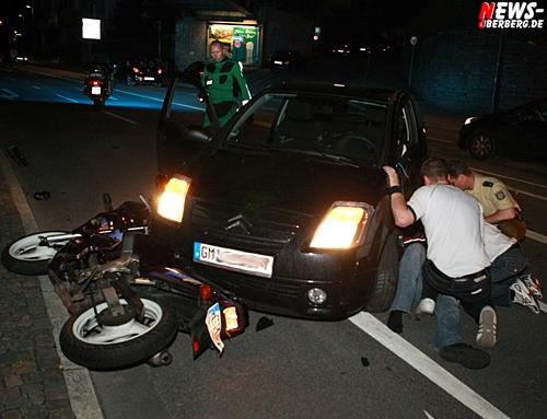 Gummersbach: Schwerer Unfall bei Autokorso! Schwerverletzter führerscheinloser Motorradfahrer und eine leichtverletzte PKW-Führerin