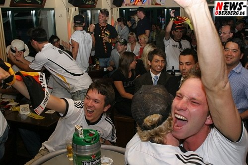 [Fussball EM 2008]: (GM) FANtastische EMotions! Zweites Cordoba verhindert. GER-AUT 1:0 – HQ-Fotoserie Public Viewing – Vor & im B1 + Fan-Autocorso (78 Fotos!)