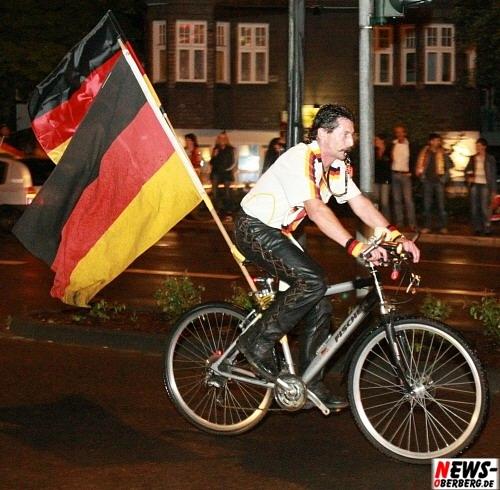 Deutschlandflagge - Fan auf Fahrrad - Emotions - Fußball EM 2008