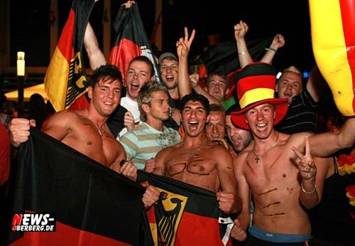 [Fußball EM 2008] (Gummersbach) HQ Fan-Fotoshooting! Lahm schießt uns mit 3:2 (1:1) gegen die Türken ins Finale! Im Hexenkessel Gummersbach trafen sich Tausende nach dem Spiel um zum feiern