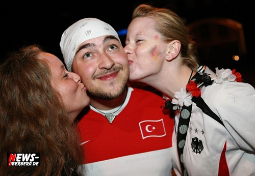 Türkiye - Türkei verloren gegen Deutschland. Küsschen von zwei Deutschen Mädchen