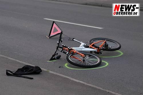 Fahrrad. Markiert von der Polizei nach dem Unfall. Warndreieck
