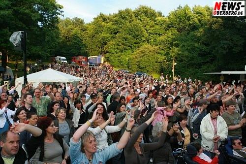 Nümbrecht: ´Feel Collins´ – Über 1.000 begeisterte Zuschauer sahen brillantes ´Still Collins´ Konzert im Kurpark bei Tageslicht