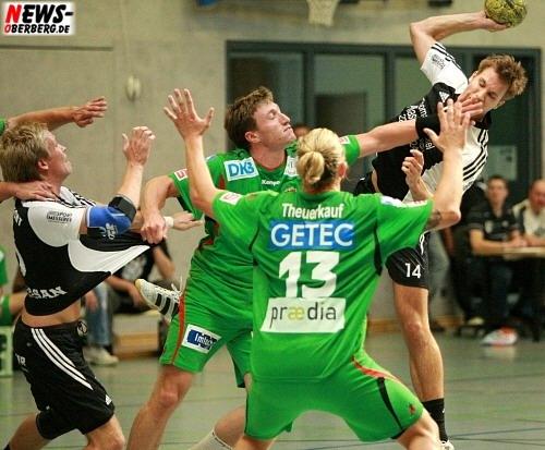 Alexander Winkler im Zweikampf mit Theerkauf. SSV Nümbrecht gegen SC Magdeburg (Freundschaftsspiel) 2008
