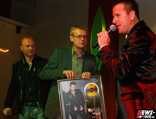 Ariola Chef Jörg Hellwig bekommt vo Michael Wendler die goldene Schallplatte