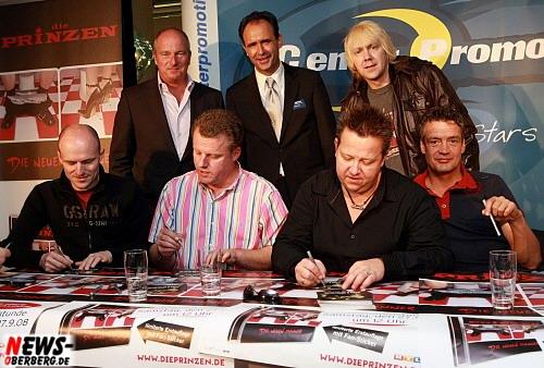 Andreas Pappert (Geschäftsführer Dolce Vita Entertainment GmbH - Center Promotion), Volker Simstich (Karstadt Gummersbach) und die Prinzen.