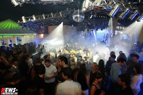 Yellow.NEWS-Oberberg.de: [HQ-Fotoshooting online!!] Volles Haus! Fusion der guten alten ´Yellow & Tanzhaus-Hits´ mit DJ Arnd van Lendt gelungen. ´Back to the Roots´ Party war ein grandioser Erfolg auf ganzer Linie