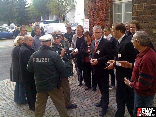 Journalisten in ´Sicherheitsverwahrung´ vor dem ´alten Stadtgefängnis!´