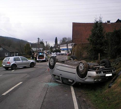 Hoher Sachschaden - PKW auf Dach - Gummersbach - Firma Fuchs