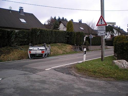 PKW landet auf dem Dach - hoher Sachschaden - Gummersbach - Niedergelpe
