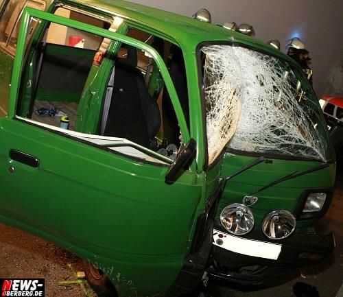 Gummersbach: Dreiste Fahrerflucht! Schwerer Verkehrsunfall in Gummeroth am frühen Morgen! Kleinbus Fahrer fuhr ungebremst in Hausecke. Fahrer flüchtet von der Unfallstelle und ließ schwer verletzten eingeklemmten Beifahrer einfach im Stich