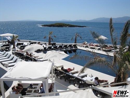 Mallorca/Playa de Palma: Purobeach (Oasis del Mar). Top 10 Bars der Welt. Lifestyle Konzept mit Essen, trinken und guter Musik bietet Erholung pur. Sonnenuntergänge im Purobeach sind konkurrenzlos auf der Insel. Luxus Strand Club im Miami Vice Style
