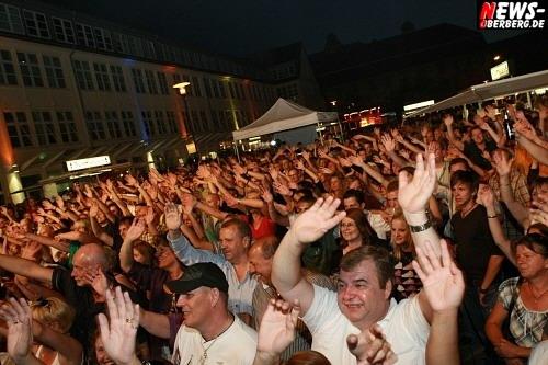 Oberbergischer Kreis: Tausende feierten die achte Auflage des ´Bergneustädter Rathausplatz Open Air´. Veranstalter mit der Publikumsresonanz sehr zufrieden. Living Planet, Sissi A. Creedence Revived, Knutschfleck und Daimyo Jackson rockten die Bühne