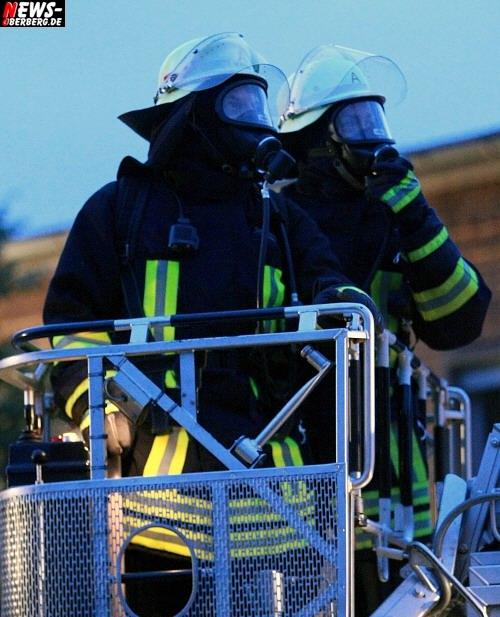 Oberbergischer Kreis (Gummersbach): Videoclip UPDATE!!! Halle 33 und Bagger auf dem Steinmüllergelände in Vollbrand! Feuerwehr geht von Brandstiftung aus. Rund 80 Feuerwehrmänner im Einsatz
