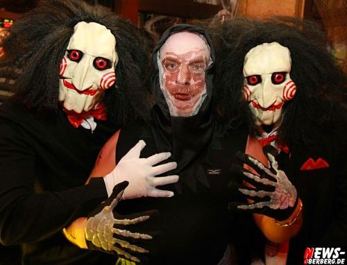 Oberbergischer Kreis: Zur Halloween Party im ´Unter-Deck´ (Bergneustads Party Kneipe!) am Stadtwald kam JigSaw im Doppelpack und der Tod zu Besuch