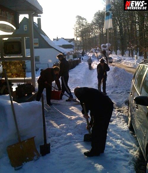 Leserfotos: Mit Muskelkraft gegen die Schneemassen! Glühwein für jeden zahlenden Gast auf der Eiscouche vor dem Lord Nelson GRATIS