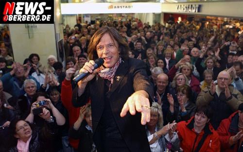 ´König von Oberberg´ begeisterte über 500 Zuschauer im Einkaufszentrum Bergischer Hof in Gummersbach! Schlagerstar Jürgen Drews (64) stellte sein neues Album ´Schlossallee´ vor und machte aus einer kurzen CD Promotion ein längeres kleines Konzert