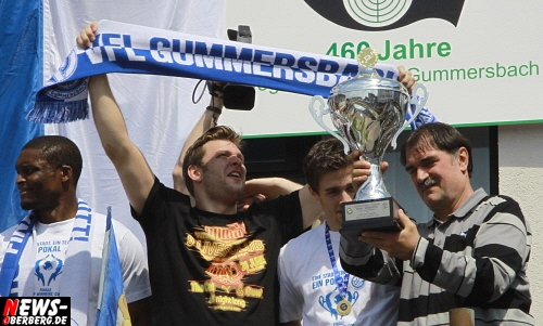 Oberbergischer Kreis: ´Pokalsieger Party´ des VfL Gummersbach auf dem Bismarckplatz wurde zur Partyzone!  Rund 800 Fans und Handballfreunde feierten bei strahlendem Sonnenschein
