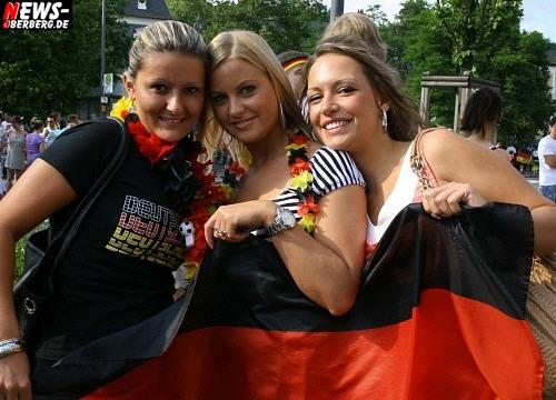 Fifa WM 2010: FAN-Tastic! Deutschland führt England mit 4:1 vor. Das Sonntags-Märchen! Wembleys Rache nach 44 Jahren perfekt. Ein Land im Partyfieber. NEWS-Oberberg.de berichtet aus Gummersbach vom B1. Fan-Emotions Teil 1 von 2