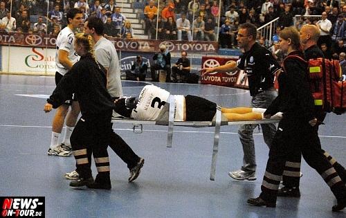 TOYOTA Handball-Bundesliga: Sieg des VfL Gummersbach im Derby in Dormagen gegen den DHC Rheinland wurde durch den schweren Unfall von Adrian Wagner überschattet! Nach minutenlanger Behandlungspause auf dem Spielfeld wurde ´Adi´ auf einer Trage aus der Halle gebracht und sofort ins Krankenhaus eingeliefert.