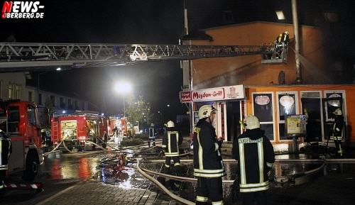 Oberbergischer Kreis (Bergneustadt) Döner dürfte nun gar sein! Imbiss ´Meydan Grill´ in der Nacht total ausgebrannt! Angrenzendes Wohnhaus wurde in Mitleidenschaft gezogen. 40 Feuerwehrmänner hatten den Brand schnell im Griff. (Mit Video!)