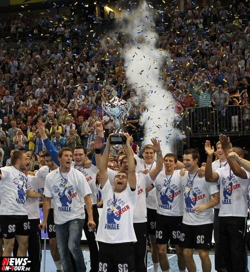 Toyota Handball Bundesliga: (Update!) Es ist geschafft! VfL Gummersbach erhält Spiel-Lizenz für die Saison 2011/12. Frohe Kunde per Telefon! Liquiditätslücke von über zwei Millionen Euro geschlossen. ´Wir unsere Hausaufgaben gemacht´, so VfL-Manager Axel Geerken. 2,2 Millionen Euro innerhalb einer Woche eingesammelt