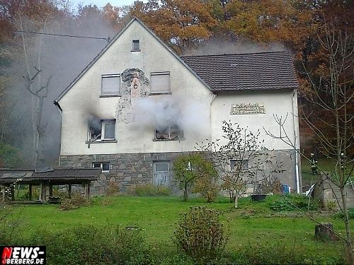 Wiehl: Wohnhausbrand in Grossfischbach! Trotz schnellem Feuerwehreinsatz Wohnhaus unbewohnbar. Besitzer wurde zuerst im Haus vermutet