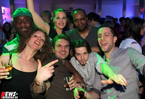 DKdance: Viel gute Laune und Stimmung! ´Flotter 3er´ (Getränkemotto) ´trotz Monatsende´ stark besucht! Volles Haus in Oberbergs Danceclub No. 1 mit vielen feierfreudigen internationalen Gäste (Samstag, 25.02.2012)