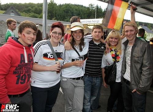 Fussball EM 2012: Deutschland schoss Griechenland im Viertelfinale mit vier Traumtoren verdient aus dem Turnier. NEWS-Oberberg.de besuchte die Public Viewing Hochburg der Griechen im Oberbergischer Kreis (Bowling Center in Bergneustadt)