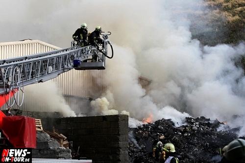 Bergneustadt: Großbrand bei Firma Lobbe in Immicke (Hackewiese). Großeinsatz! Sämtliche Feuerwehren der Stadt Bergneustadt und Umgebung waren beschäftigte. Löschwasser wurde knapp!