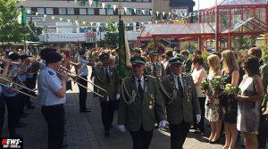 Schützenfest Bergneustadt 2014: Abmarsch der Majestäten vor der Sparkasse / Graf-Eberhard-Platz | 7x Videos