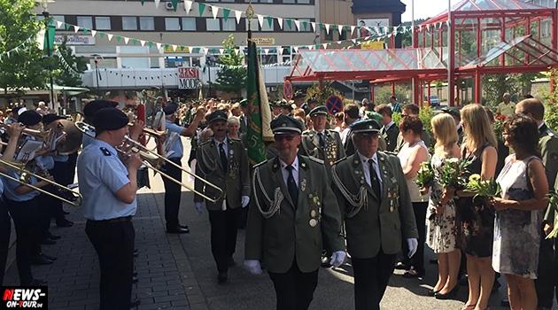 bergneustadt-schuetzenfest_ntoi_ abmarsch_aller_majesterten_kompanien_sparkasse